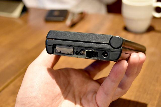 「HP200LX」の側面には、赤外線ポートやシリアルポートなどが装備されている