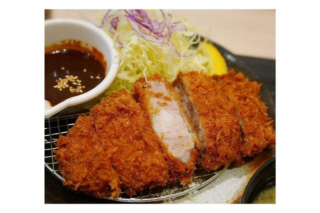 「松のや」の味噌カツ定食も、満足する一品です