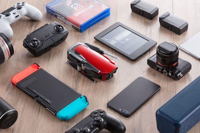 他の人気家電と並べたイメージカット。Joy-Conを付けた「Nintendo Switch」の本体よりも小さい