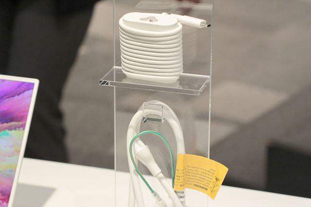 ローズゴールド&アルペンホワイトのACアダプターは本体色に合わせて白色のものが付属する