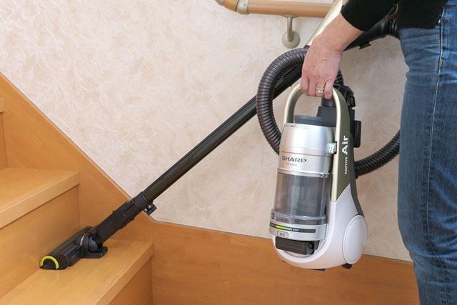 本体を片手で持ちながらでも階段掃除がラクラク! その実力に迫ってみましょう