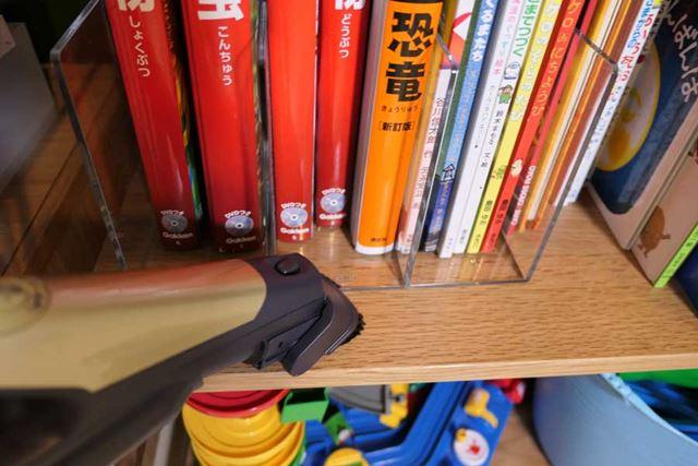 本棚のへりにはベンリブラシを使用。掃除する場所にあわせてヘッドやパイプを付け替えて使いこなしましょう