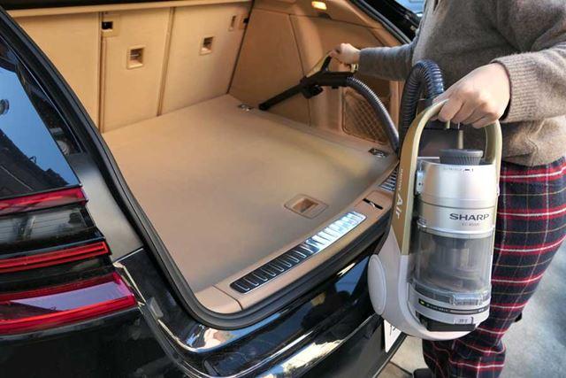 2段伸縮するスキマノズルを取り付けて、トランク部分を掃除