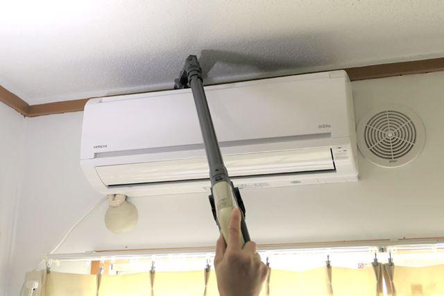 こんな風に、エアコン室内機の上など手が届かないところも掃除が可能