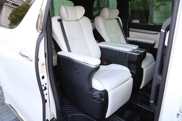 トヨタ 新型「アルファード Executive Lounge S」2列目のエグゼクティブラウンジシート