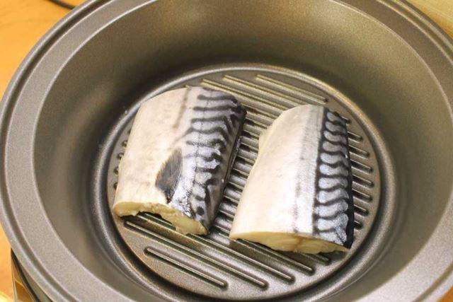 グリル鍋が温まったら、塩サバを並べて金属フタをし、2分タイマーで焼きます