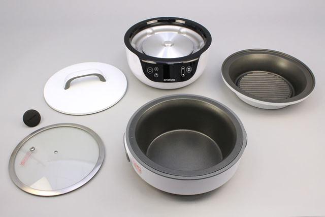 IHヒーター部である本体(後列真ん中)のほか、2種類のフタと2種類の内鍋を付属