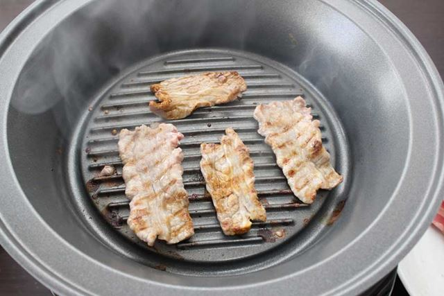 グリル鍋をセットして、200℃で熱してお肉を焼きます。焼き目も付いておいしそうな仕上がりに