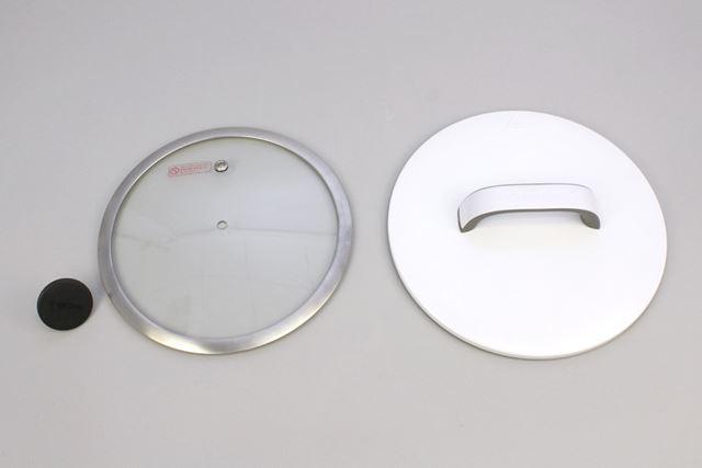 こちらはフタ。一般的なガラス製のフタ(左)と、金属製のフタ(右)が同梱されています