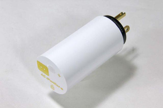 真っ白な円筒形の筐体が特徴的。この筐体の中にノイズキャンセリングのキモとなる基板が収められている