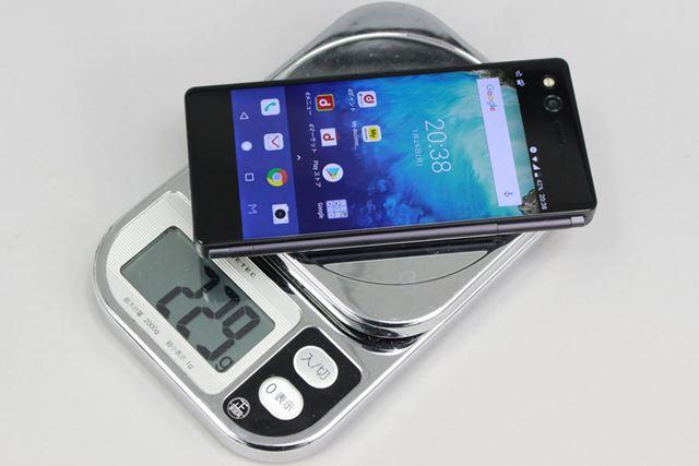 手元のデジタルスケールで測った重量は229g。実機を手にすると相応の重量感は感じる