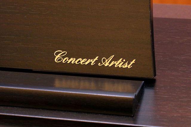 """譜面台には、カワイ製電子ピアノのハイグレードシリーズであることを表す""""Concert Artist""""の文字"""