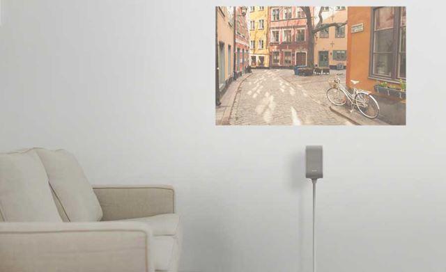 スタンドに設置して壁近くにおいて設置もできるリビング向きのモデル