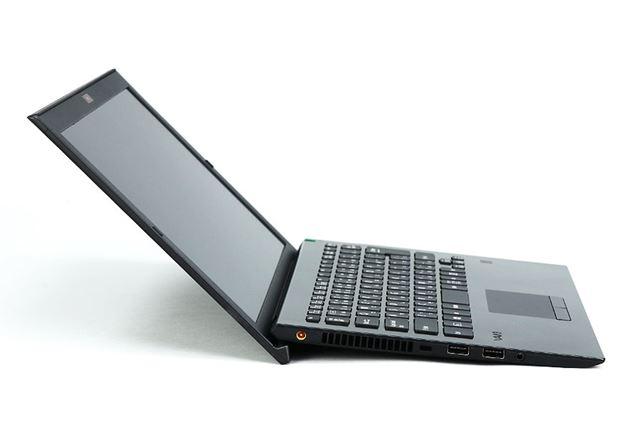 ディスプレイを開くと、キーボードに角度がついてタイピングしやすくなる