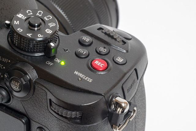ひときわ目を引く「REC」と書かれた赤いボタンが録画開始用