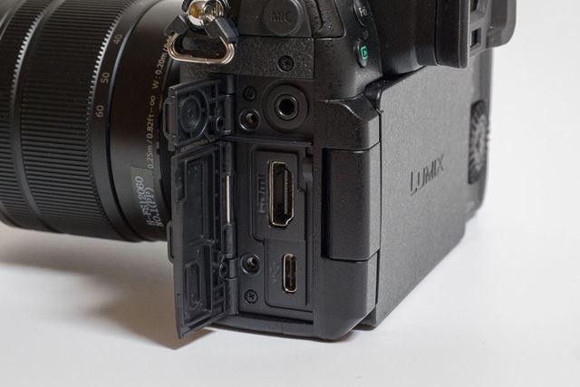 本体左側にはMIC端子、ヘッドホン端子、HDMIポート、USBポートを備えています
