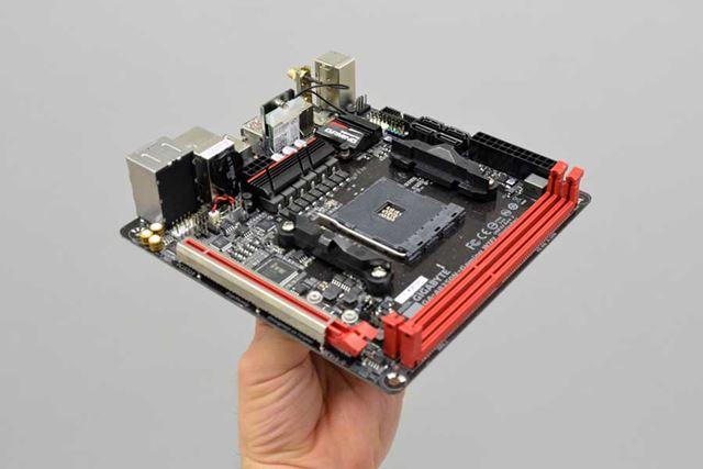さすがMini-ITXマザーボード。これででもかっていうくらい小さい。小型ゲーミングPCの構築にはうってつけだ