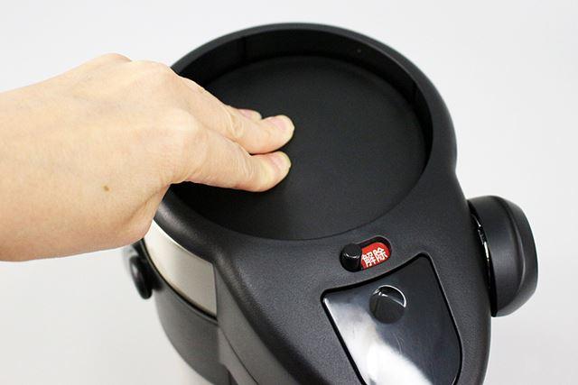 なお、ロックされた状態でもポット内の液体は注ぐことができます