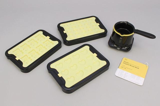 小型のヒーターと専用ポット、3種類のシリコンモールド(トレイ付き)、レシピ集が付属します
