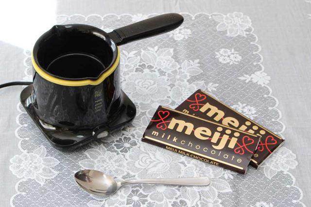 使うものはこちら。材料となる板チョコレートのほか、かき混ぜるためのスプーンも用意しましょう