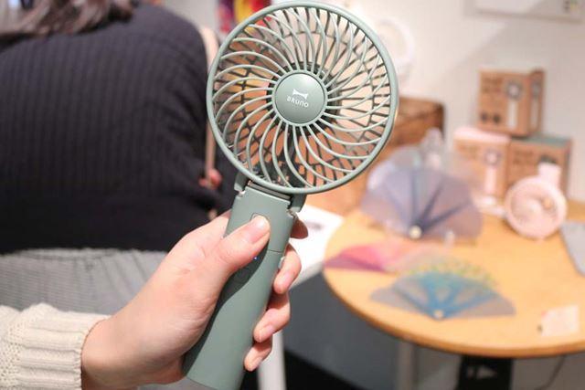 柄の部分を持って、手持ち扇風機として使用。重さは190gです
