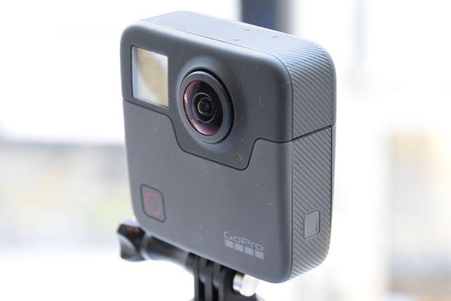 GoPro初の360°カメラ「Fusion」。こちらが表面で、前半分用のカメラや操作パネル、撮影ボタンを備える