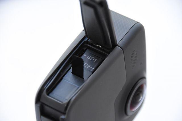 バッテリーの両サイドには、2つのカメラそれぞれの撮影コンテンツを保存するSDカードスロットを搭載