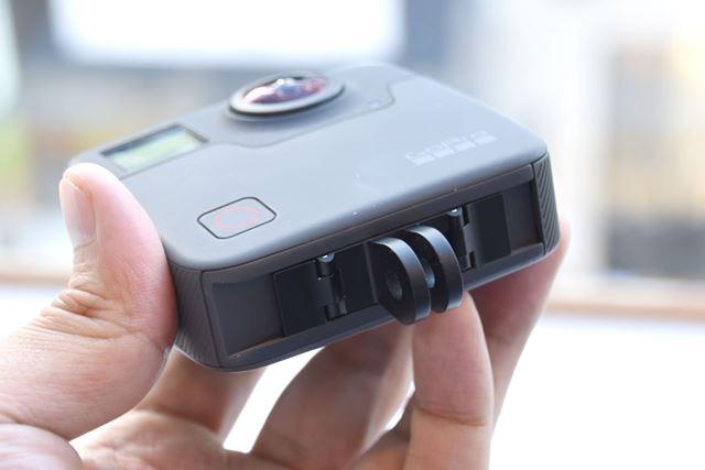 本体底面にはGoProのアクションカメラではおなじみのマウントが付けられる