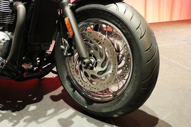 タイヤサイズはフロントが130/90 B16、リアが150/80 B16