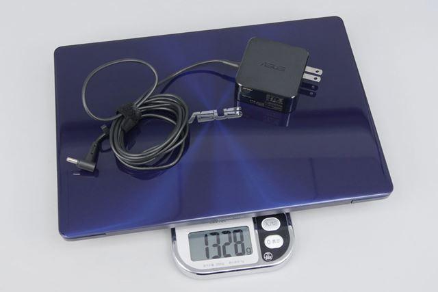 アダプターを含めた重量の実測は1328g。これなら持ち運びも苦にならないだろう
