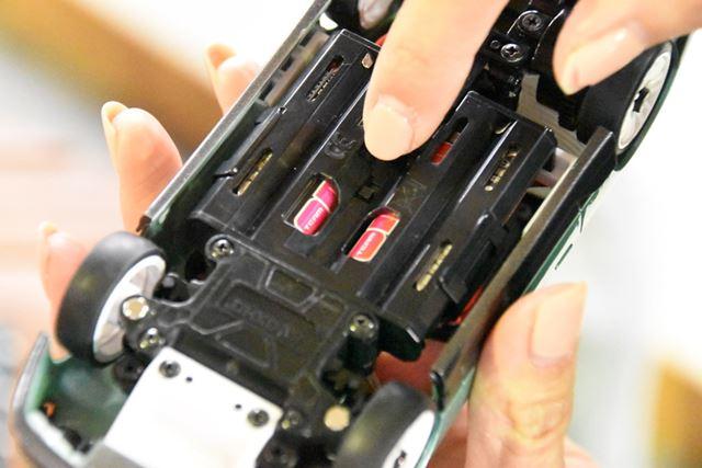 """""""単4アルカリ電池で最高性能を出す""""をコンセプトにしているとのことで、電池をいれたらすぐ動かせます"""