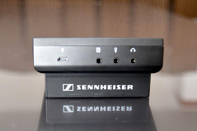 インターフェイスは、左から、microUSBポート、スピーカー出力、マイク入力、ヘッドホン出力を装備する