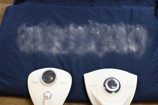 布団に重曹を撒き、レイコップRN(左)とレイコップRX (右)をそれぞれ1往復して除去具合を確認します