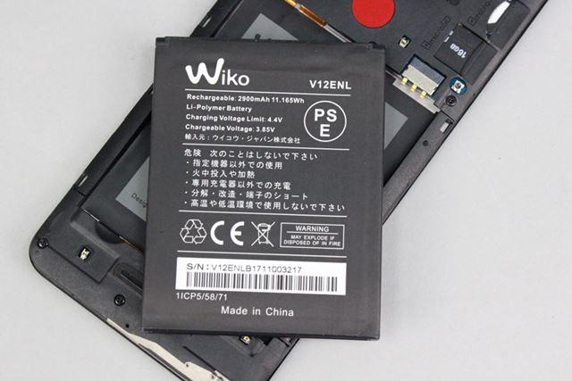 交換可能なバッテリーパック。2,900mAhの容量の割に薄くコンパクトで、技術の進化を感じる