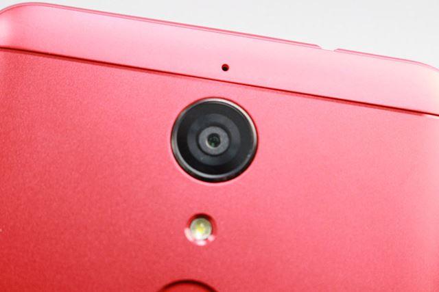 メインカメラは約1,300万画素。30FPSのフルHD動画の撮影に対応している