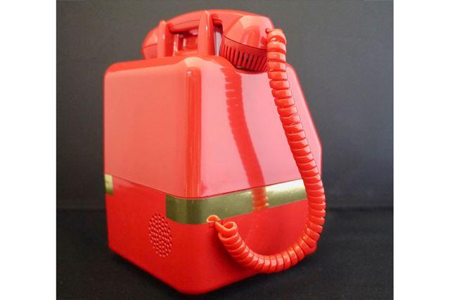 この厚みも昔の電話さながら。横の金のラインも忠実です