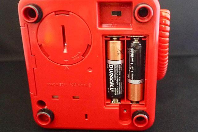 底面の丸いフタが硬貨取り出し口です。そして隣には単3形乾電池2本!?