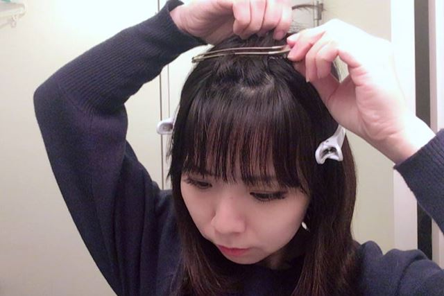 さらに、前髪自体の毛量が約半分ずつになるよう、上下でも分けます。またこれもヘアクリップで留めます。