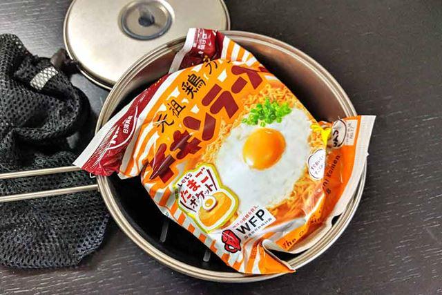 生卵の上に袋麺! これでピッタリ収まります