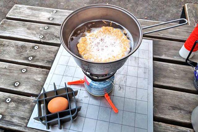 お湯が沸騰したら麺と生卵を入れて