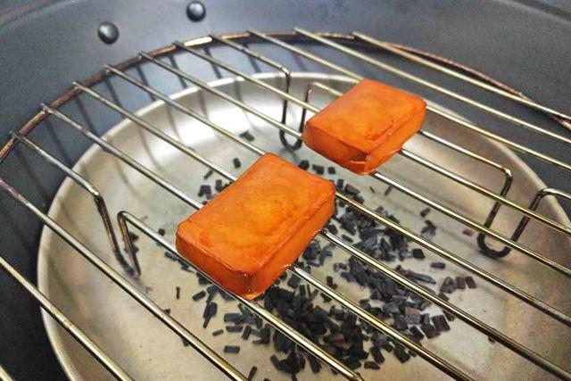 筆者愛用の燻製鍋で作ったベビーチーズの燻製!