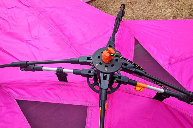 テントを広げてテント上部のロープを引き上げてロック!