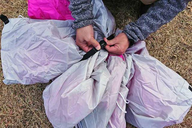 あとは折りたたみ傘のようにテント部分をたたんで丸め、キャリーバッグに戻します