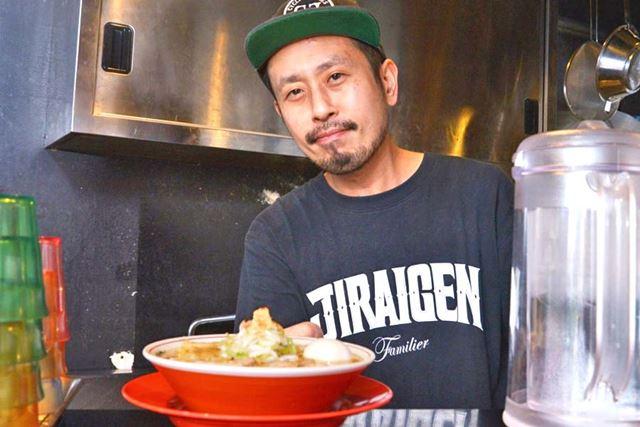 芝田さん。ラーメン作りに勤(いそ)しむかたわら、休日には食べ歩きも行うラーメンラヴァーです