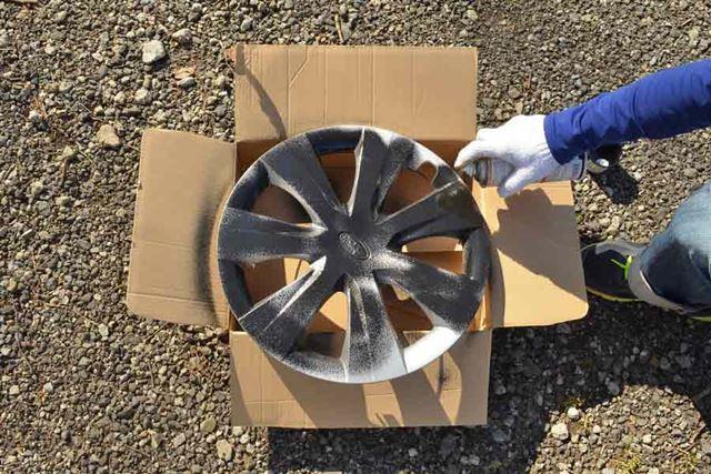 地面や床にも塗料がかかるので、段ボールやビニール袋などを敷いて塗装しましょう