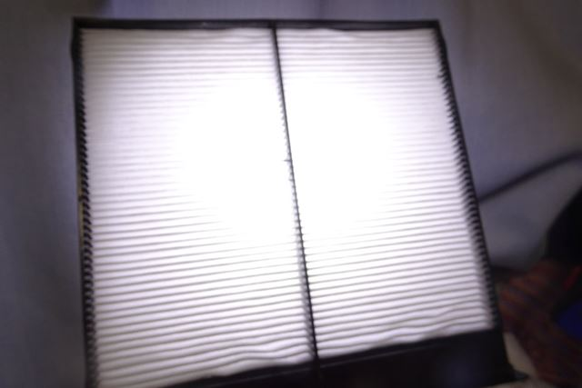 色が白いせいもあるかと思いますが、光はかなり透過します