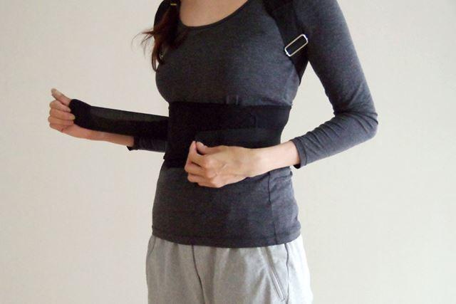 ウエスト側のベルトは二重で腰にしっかりフィットさせられます。装着に伴う多少の不快感は致し方ないところ