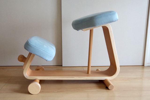 横から見た写真。幅40×奥行75×高さ53cm。一般的な四脚の椅子よりも奥行きが少々必要です