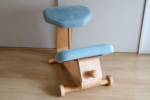 正面側から。前側にのみタイヤが付いています。手前のノブを引っ張ることでスムーズに椅子を前後に動かせます