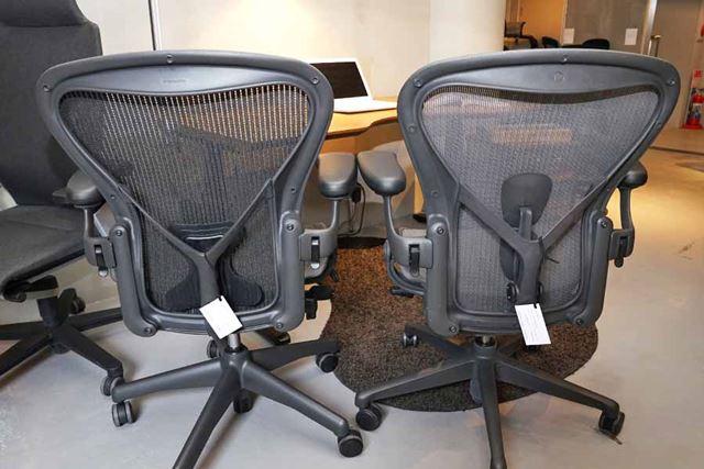 従来モデル(左)に比べて、リマスタード(右)は背骨が当たる部分にサポートが搭載されています